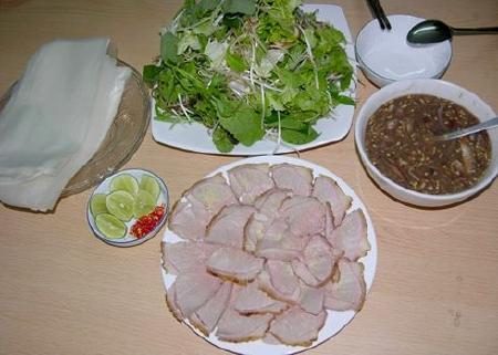 thịt bê thui phải được ăn kèm với bánh tráng