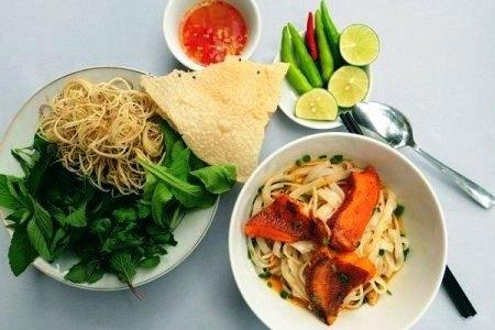 một tô mỳ Quảng đầy đủ gia vị