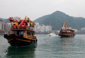 Du ngoạn bằng tàu thủy trên biển Cát Bà