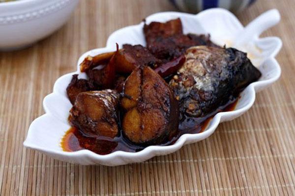 Thưởng thức món cá kho coca với cơm nóng