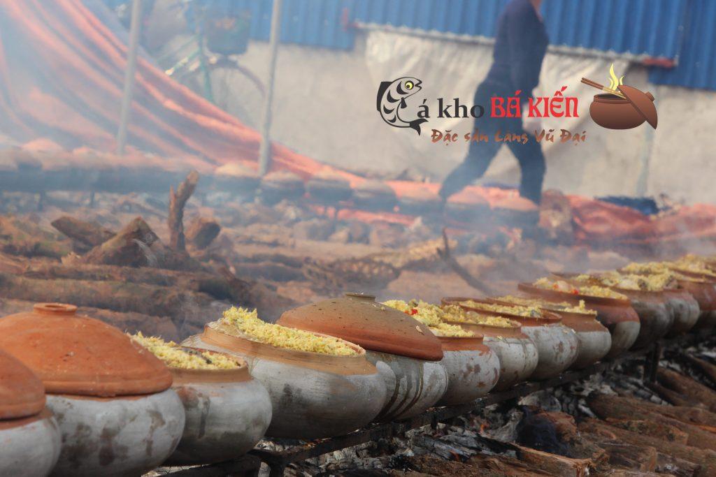 Hàng trăm niêucá kho được xếp lên bếp lửa củi nhãn suốt 16h đồng hồ liên tục