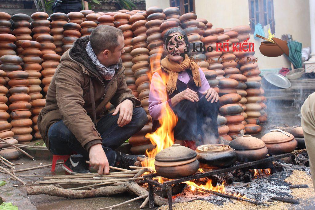 Cá kho liên tục trên bếp lửa hồng 16h đồng hồ để cho miếng cá chắc cứng và xương xốp mềm
